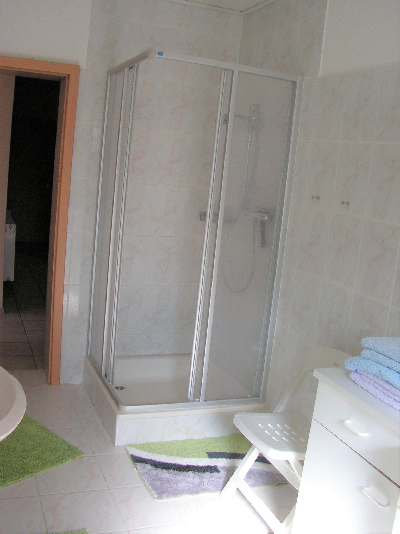 Bad 1 mit ebenerdiger Dusche