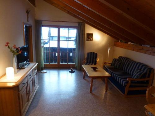 Wohnbereich mit Zugang zum Balkon ...