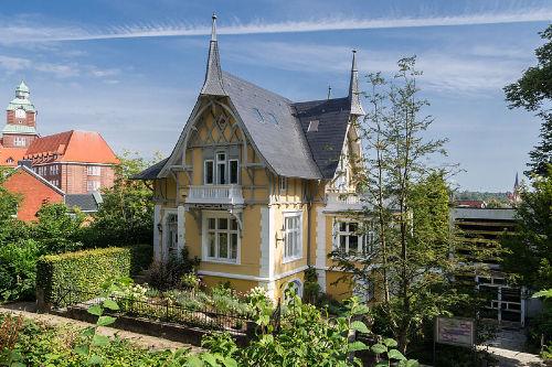 Aussenansicht Gelbe Villa am Museumsberg