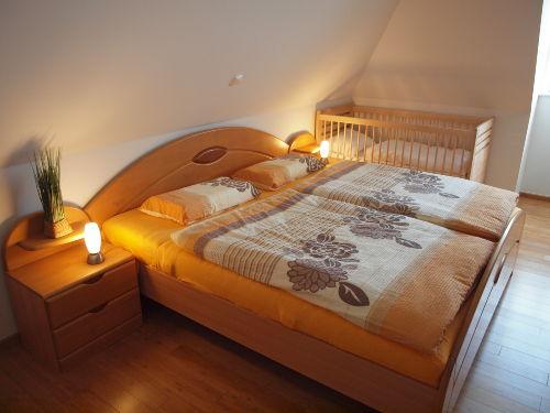 Schlafbereich mit Kinderbett