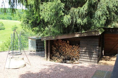 Holzlager, Grillstelle und Hundezwinger