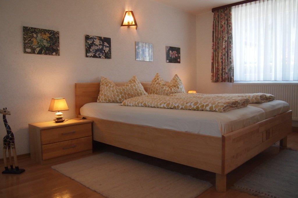 Schlafzimmer mit Großraumspiegelschrank