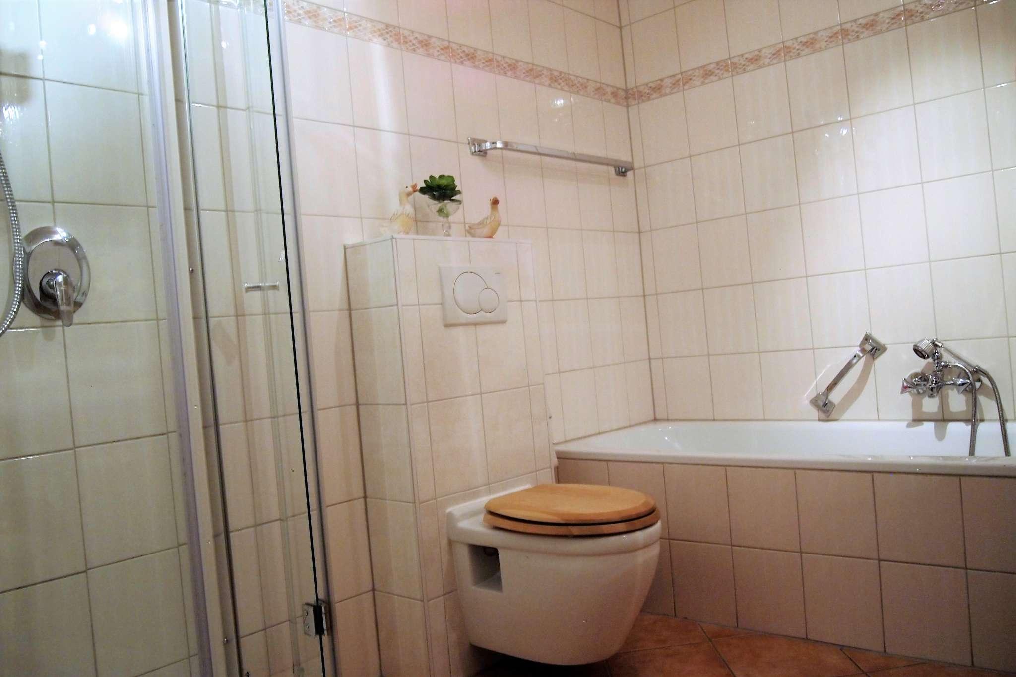 Bad mit 2 Waschbecken, Dusche und Wanne