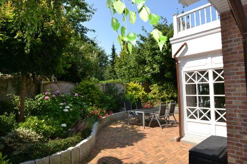 Sonnige Terrasse mit gepfegtem Garten