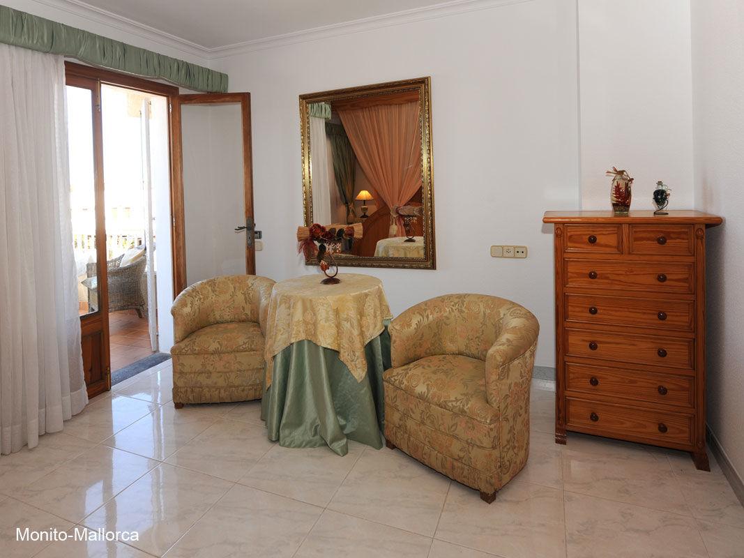 Schlafzimmer 1 mit romantischen Doppelb.