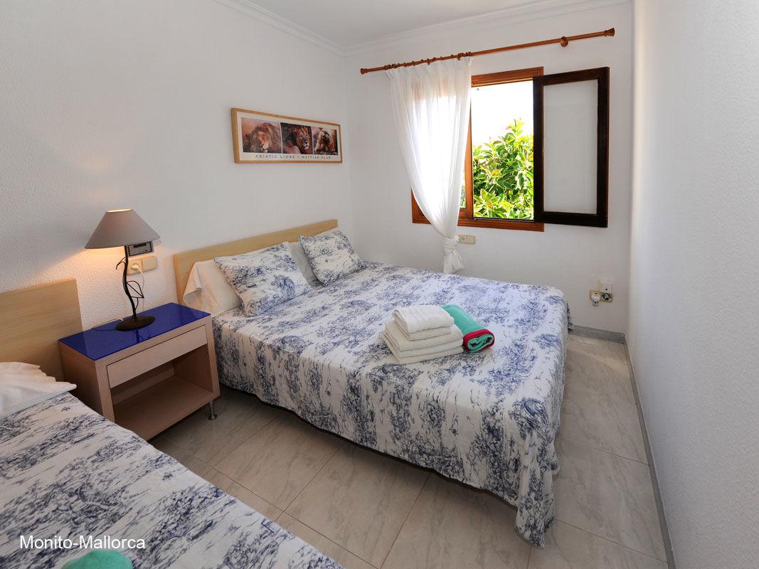 Schlafzimmer 1 - Blick auf Terrasse