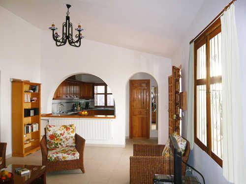 Wohnzimmer mit Durchsicht zur Küche