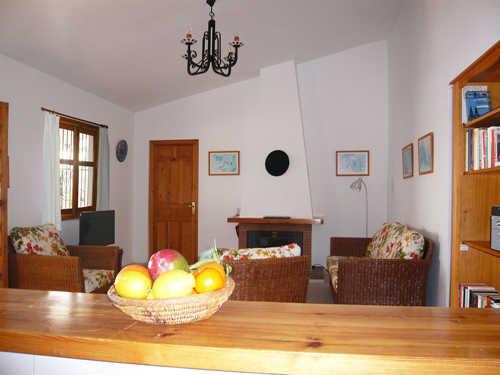 Durchblick von der Küche ins Wohnzimmer
