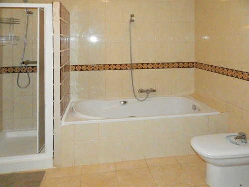 Bad mit Wanne, Dusche, WC und Bidet