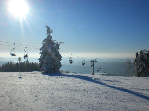 Die Sesselbahn am nahegelegenen Skiort