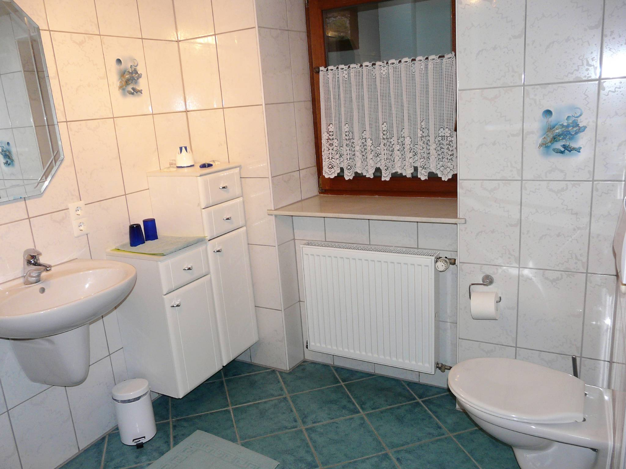 ...sowie Dusche und Badewanne