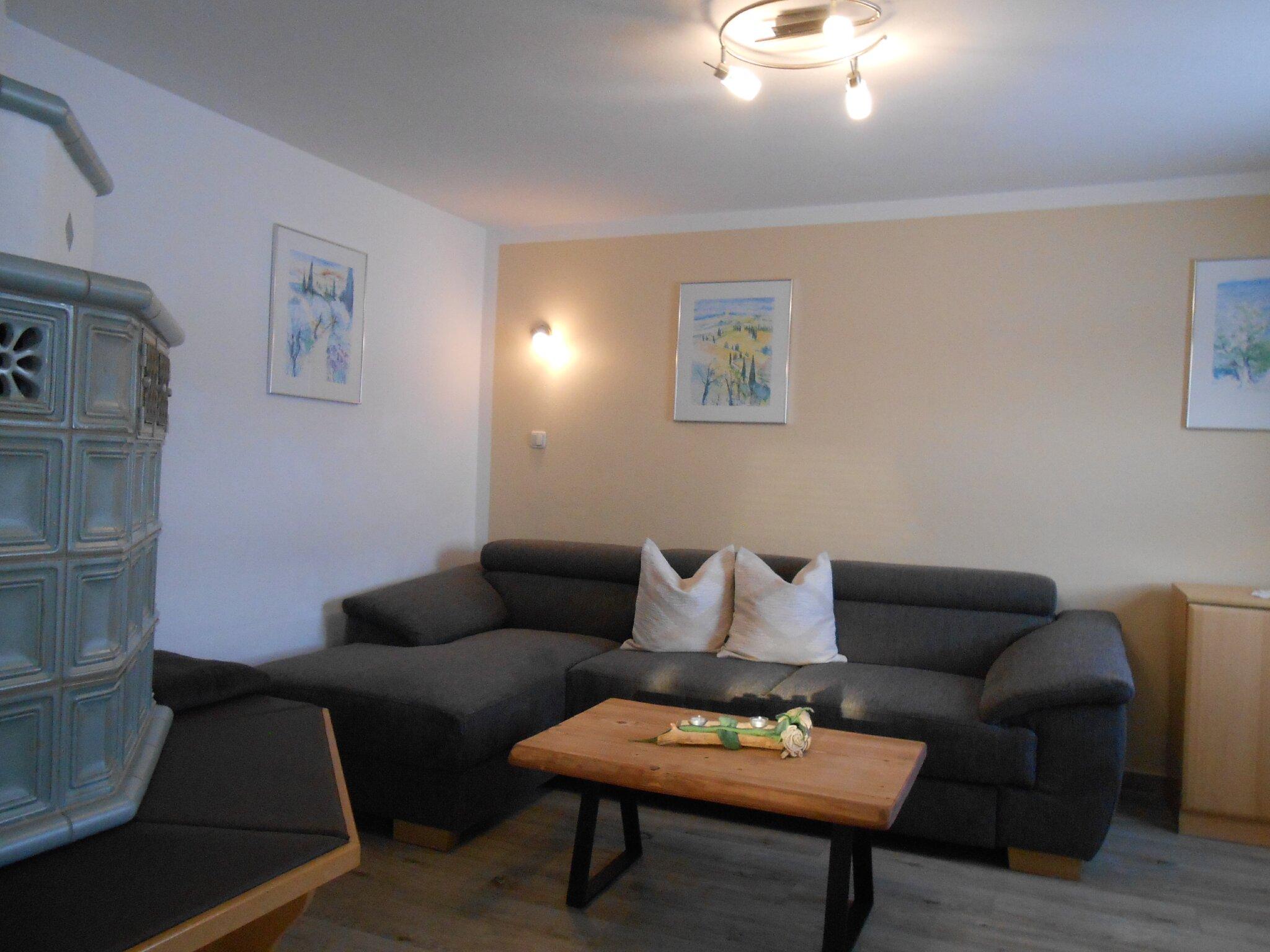 Ferienhaus Wohnzimmer mit Kachelofen