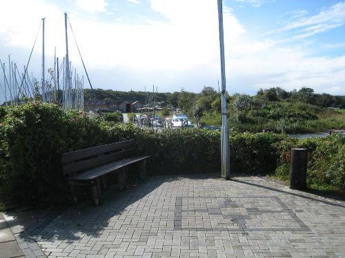 Sitzbank am Hafen, Haus