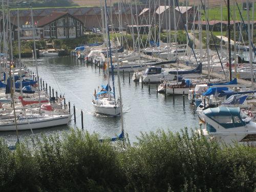 Blick auf Segelhafen mit Vereinslokal