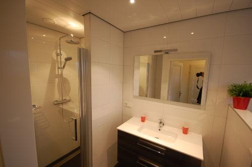 Badezimmer mit Dusche und Toilette (2014