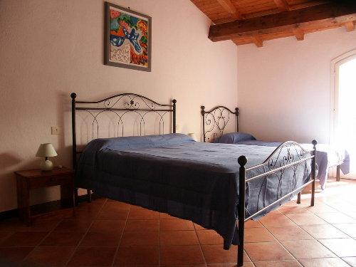 Schlafzimmer mit Doppelbett und Einzelb