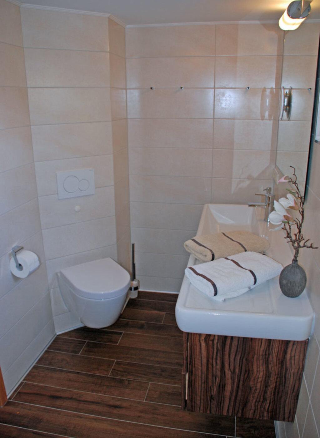 Ferienappartements unterm Reetdach mit Seeblick, F