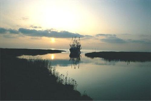 Krabbenkutter bei Sonnenuntergang