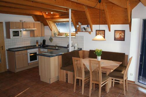 Die moderne Küche mit Essbereich
