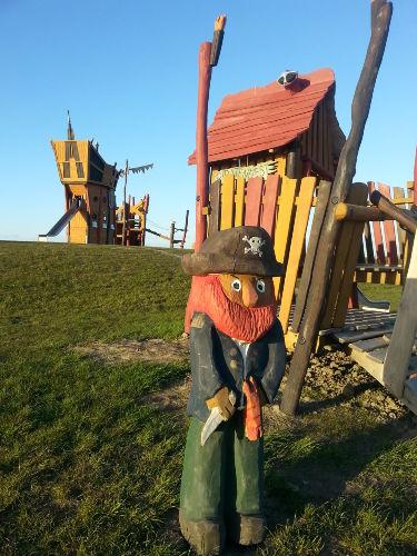 Piratenspielplatz vor dem Deich