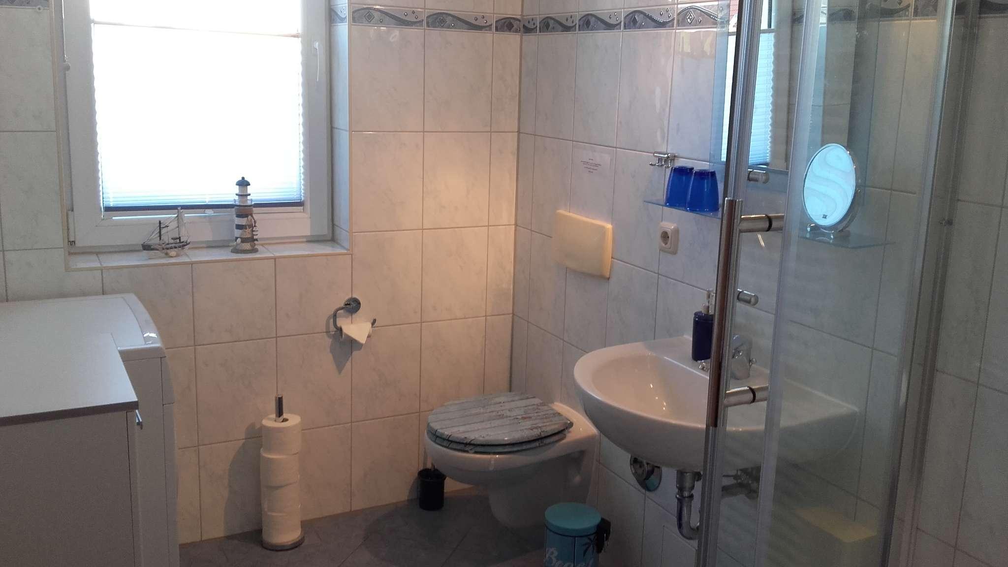 deckenhoch gefliestes Duschbad