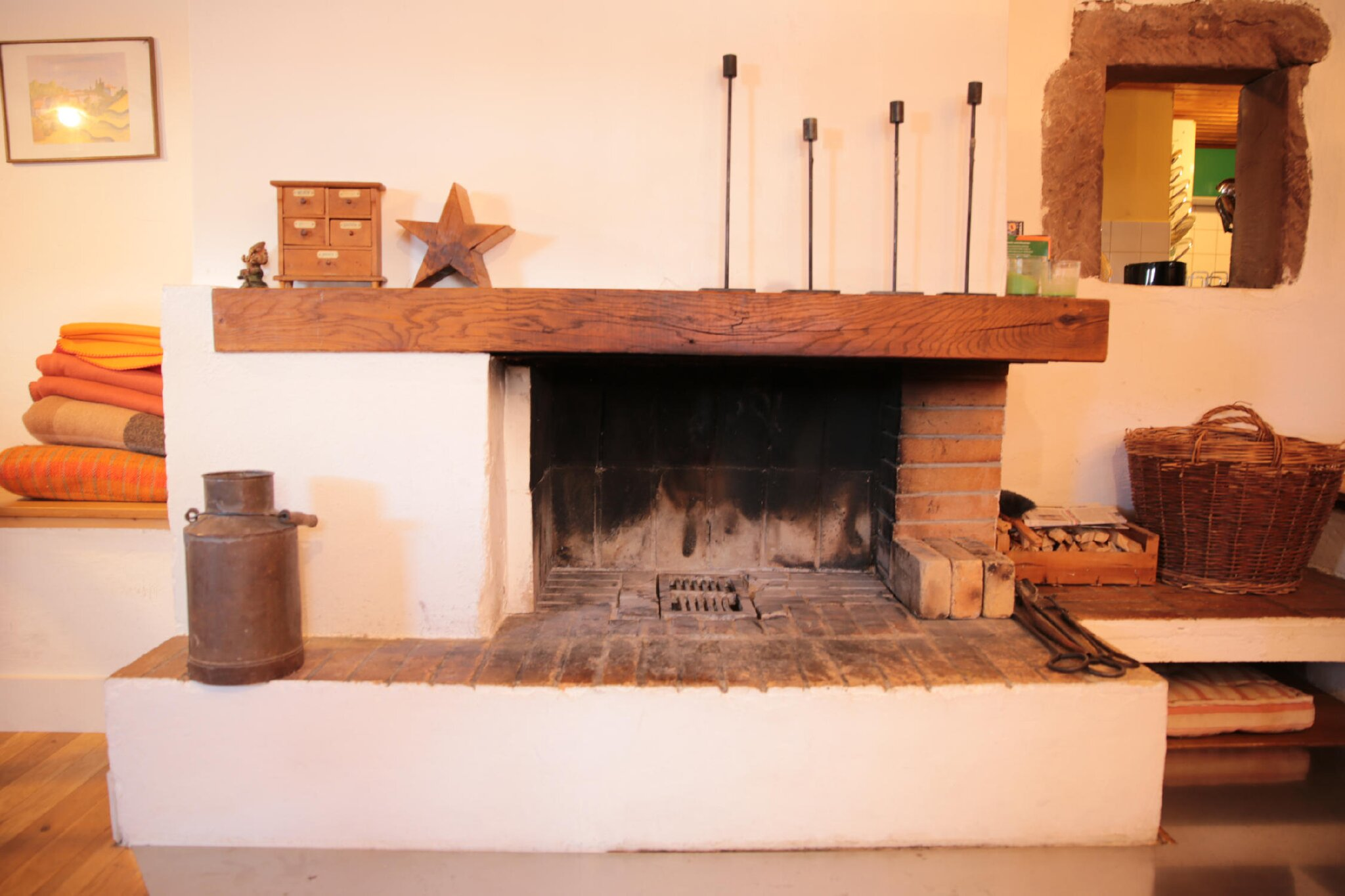 Wohnzimmer mit Kamin und Sofas