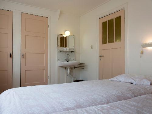 Schlafzimmer mit Betten von 90 x 220 cm.