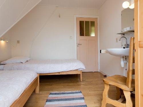 Schlafzimmer Balkon- und Gartenseite.