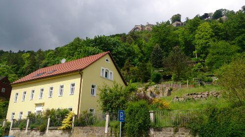 Das Haus unterhalb der Festung