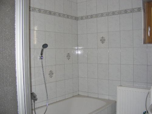 Badezimmer mit Bad und Dusche
