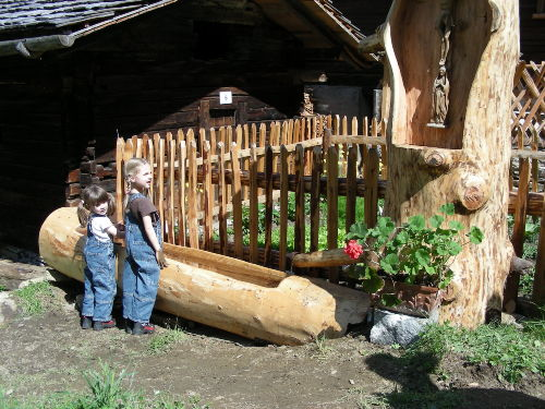 Spielende Kinder am Brunnentrog