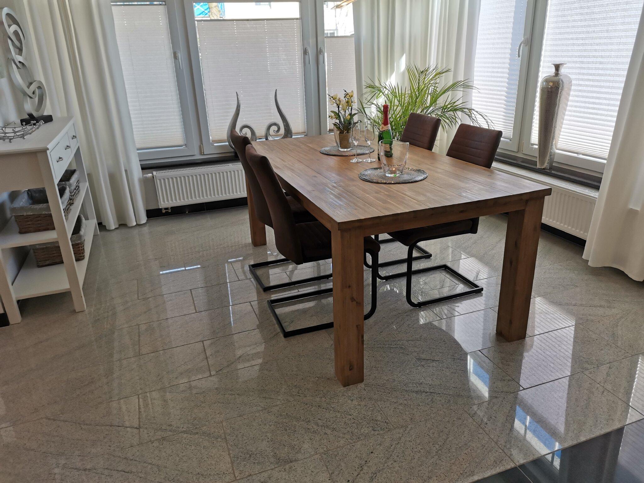 Großer Tisch für Familie und Freunde