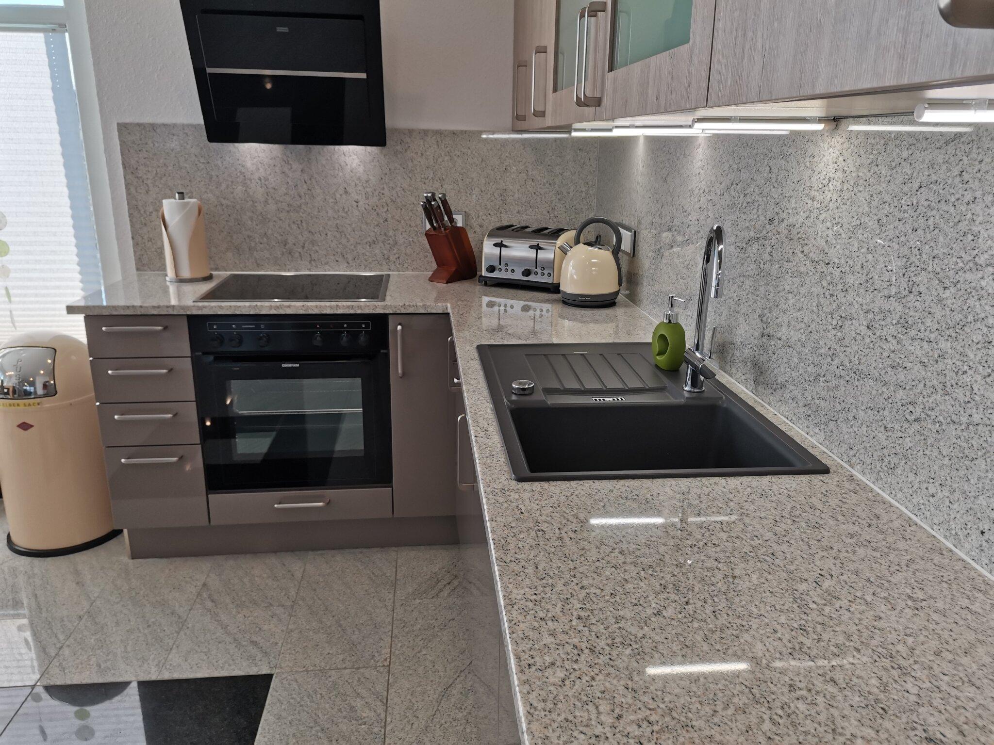 Exklusive Hochglanzküche mit Granit