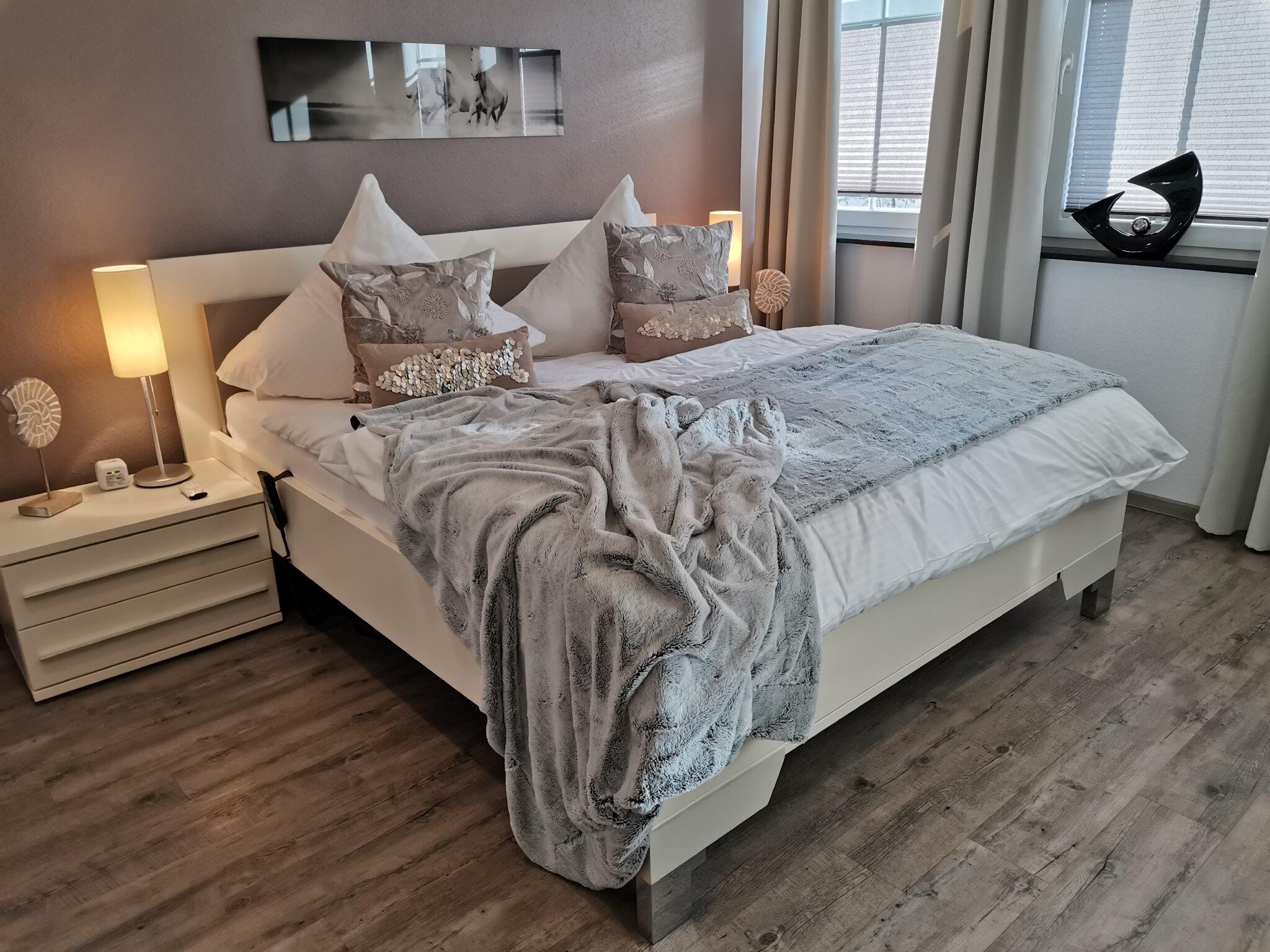 Schlafzimmer 1 mit Seniorenbettsystem,TV