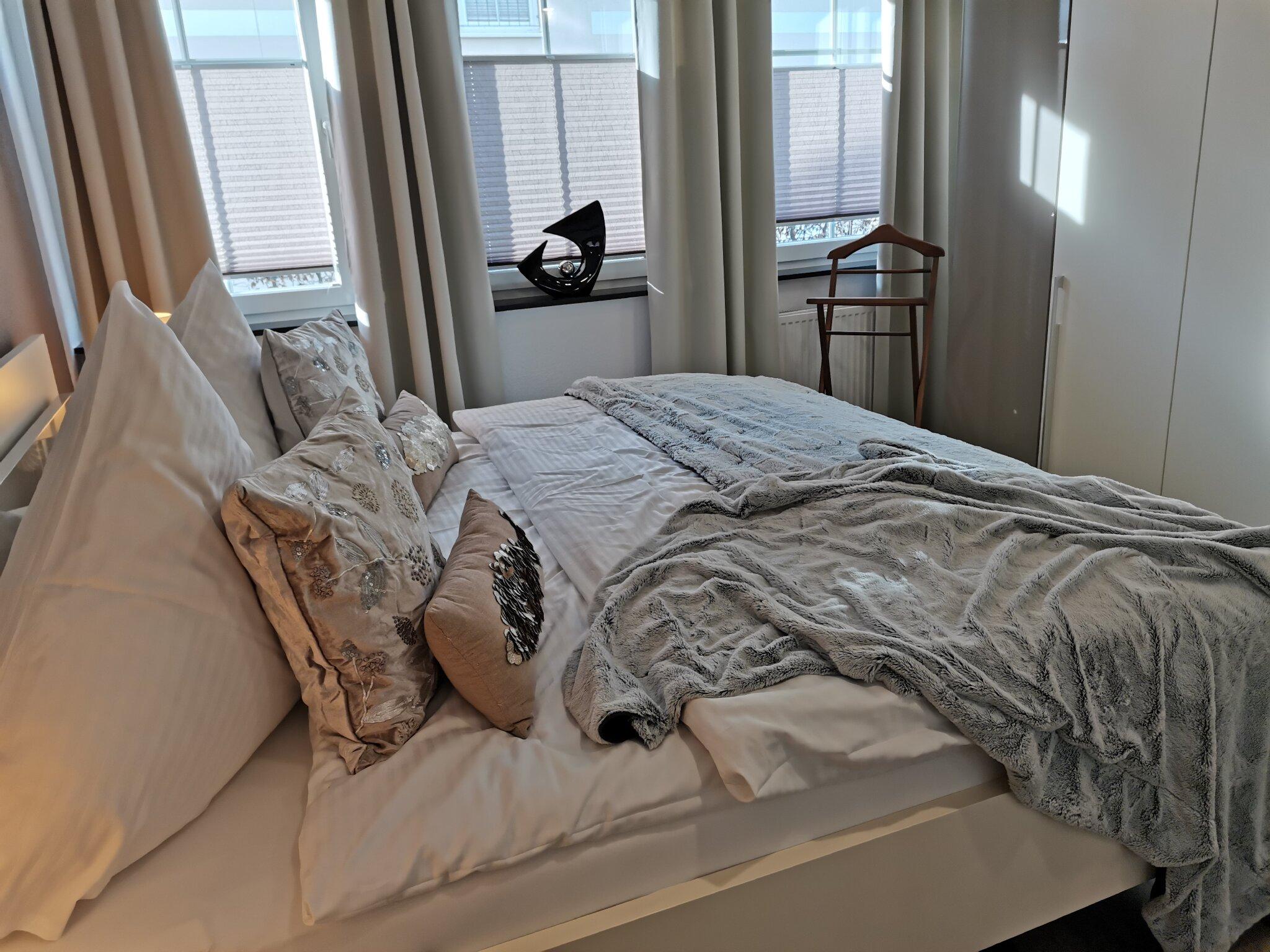 Schlafzimmer 2, viel Stauraum, TV