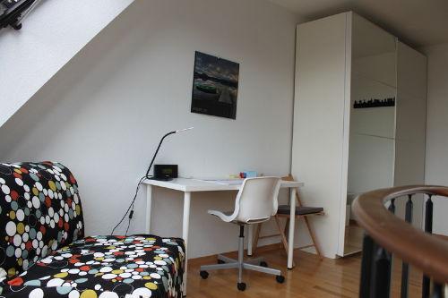 Schlafsessel und Schreibtisch
