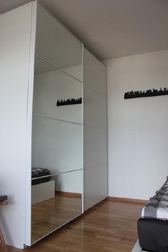 großer Schrank mit Spiegeltür