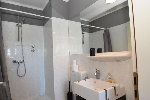Modernes Duschbad mit WC