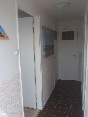 Flur. Rechts Schlafzimmer.Links Wohnraum