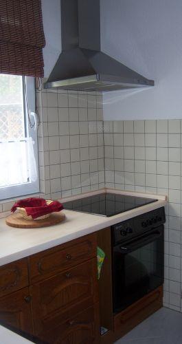 Küche mit Ceranherd und Backofen