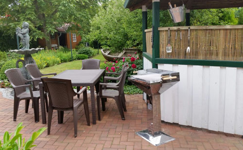 Grill-Ecke im sonnigen Garten
