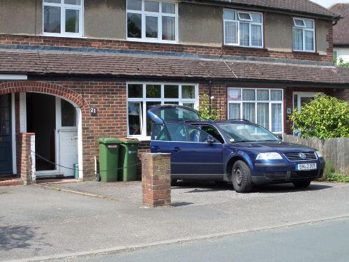 Frontansicht mit Parkplatz