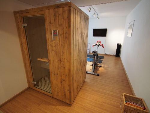 Fitnessraum mit Infrarotkabine