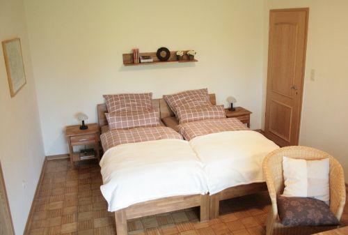 zwei Einzelbetten im Wohn-/Schlafzimmer
