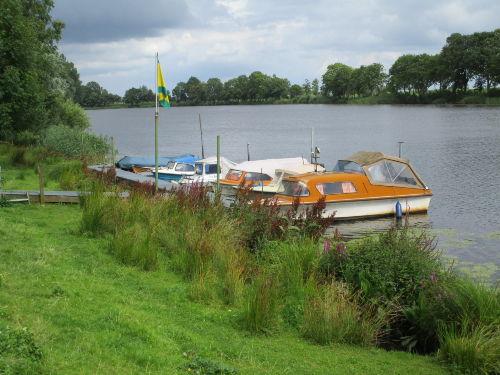 Blick auf die Eider mit Bootsanlieger