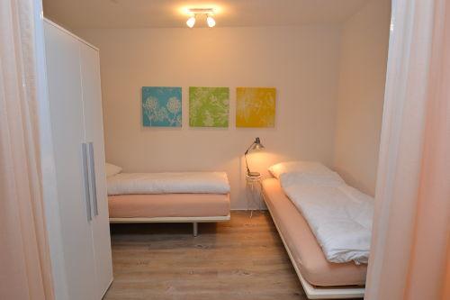Zwei frei stellbare Einzelbetten