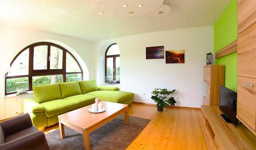 Wohnzimmer grüne Hölle mit Schlafcouch
