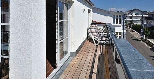 Terrasse mit Strandkorb und Sonnenliegen