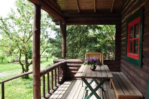 Veranda vor der Blockhütte