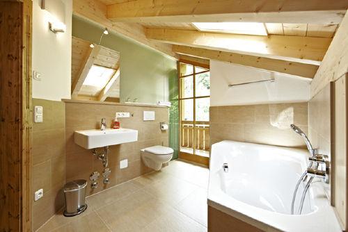 Badezimmer mit Dusche und Infrarotkabine